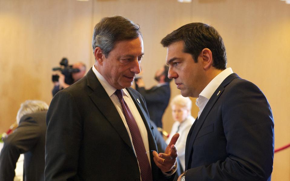 Στο περιθώριο της Συνόδου Κορυφής, χθες το βράδυ στις Βρυξέλλες. Αλέξης Τσίπρας και Μάριο Ντράγκι. Συνομιλία, μάλλον σε τόνο δραματικό.