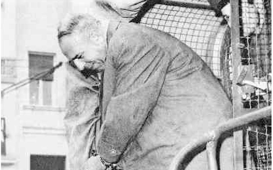 Επειτα από πολύμηνη προφυλάκιση ο Μαξ Μέρτεν οδηγείται στο δικαστήριο κατηγορούμενος για συμμετοχή στη μεταφορά των Εβραίων της Θεσσαλονίκης σε στρατόπεδα συγκέντρωσης και την κλοπή των περιουσιών τους.
