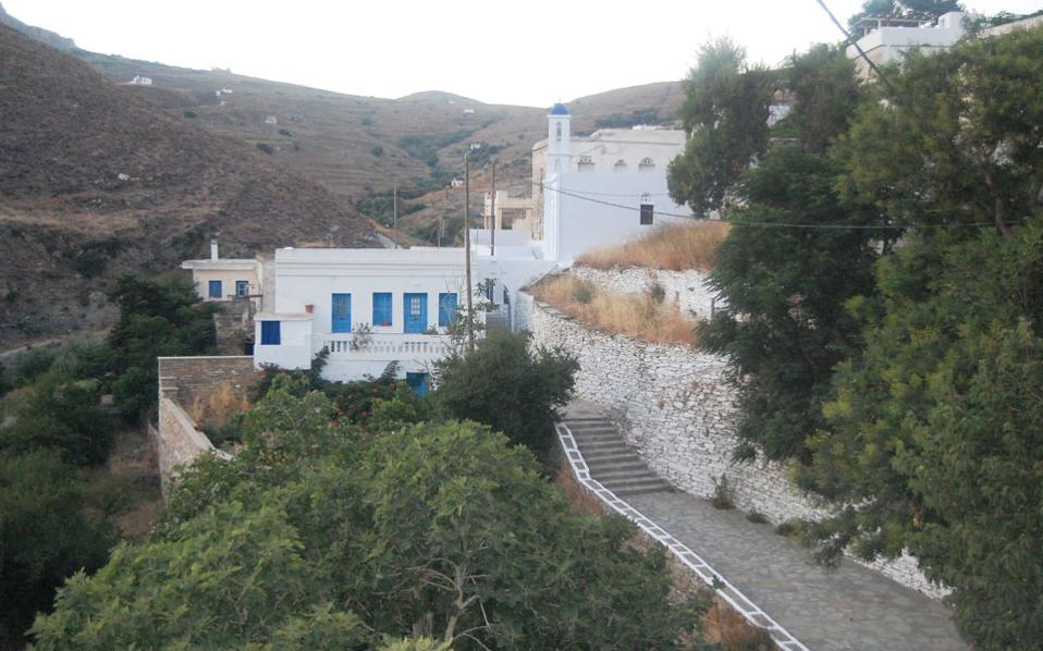 Το χωριό Μουντάδος στην Τήνο όπου παρουσιάζεται η Μικρή Μπιενάλε Σύγχρονης Τέχνης «Αποκάλυψη» (φωτ. Φ. Γρυπάρης).
