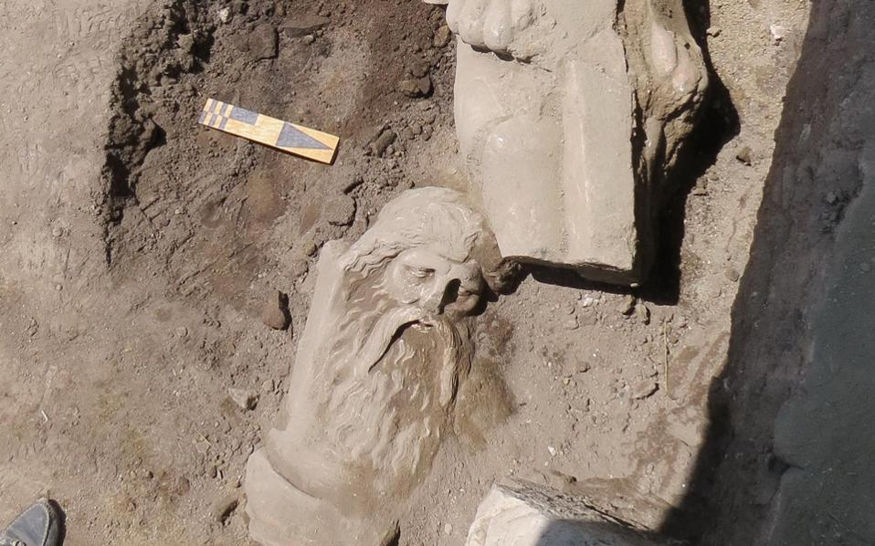 Ο γενειοφόρος Σιληνός, εύρημα της πανεπιστημιακής ανασκαφής του ΑΠΘ, ύψους περίπου 1,75 μ., έργο εξαιρετικού γλύπτη, συνδέεται πιθανότατα με την εκτεταμένη στην ευρύτερη περιοχή της Μακεδονίας λατρεία του Διονύσου.