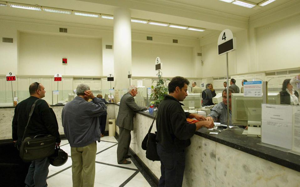 Για τις συναλλαγές εντός Ελλάδας ζητάει το άμεσο άνοιγμα των τραπεζών για την εκκαθάριση συναλλαγών και επιταγών, την έκδοση εγγυητικών επιστολών και την εξυπηρέτηση των επιχειρήσεων, παράλληλα με την ελεύθερη και απρόσκοπτη διακίνηση κεφαλαίων μέσω web banking.