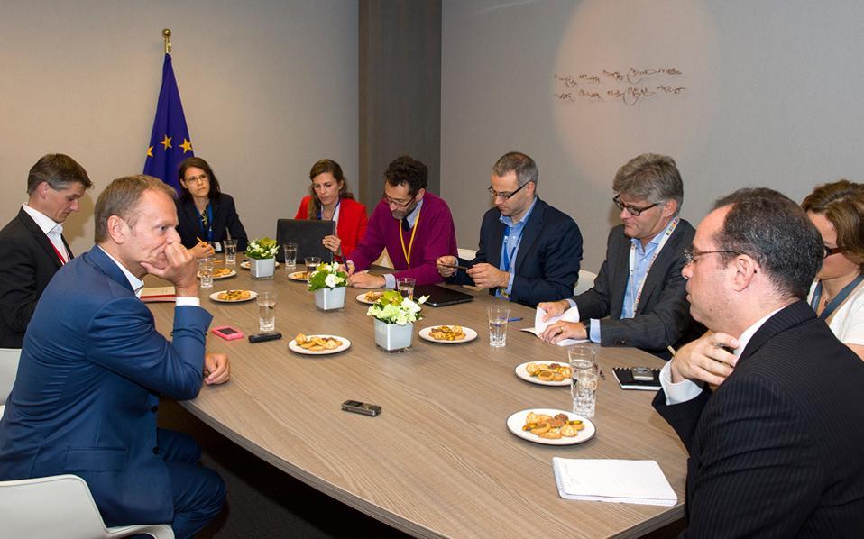 Ο πρόεδρος του Ευρωπαϊκού Συμβουλίου υποδέχθηκε επτά από τις μεγαλύτερες ευρωπαϊκές εφημερίδες στο ίδιο ακριβώς δωμάτιο όπου έγιναν οι βασικές διαπραγματεύσεις μεταξύ των κ.κ. Τσίπρα, Ολάντ, Μέρκελ και Τουσκ.