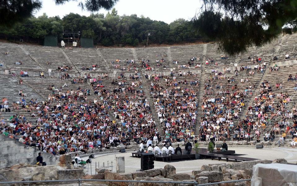 Το ξημέρωμα του Σαββάτου, λίγο πριν από τις 6, περίπου 1.500 άνθρωποι άφησαν την πιο γλυκιά ώρα του ύπνου για να ξαναπάνε στο αρχαίο θέατρο και να παρακολουθήσουν μια αρχέγονη τελετή.
