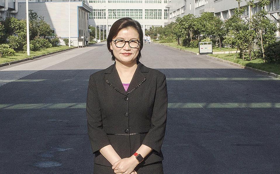 Επί χρόνια εργαζόταν σε εργοστάσιο, αυτή ήταν η καλύτερη δουλειά που μπορούσε να βρει, έχοντας γεννηθεί σε ένα φτωχό χωριό της κεντρικής Κίνας. Επειτα από επιτυχημένες επιχειρηματικές κινήσεις, η Ζου Κουνφέι κατάφερε να δημιουργήσει τη Lens Technology. Φέτος τα εργοστάσια της θα παραγάγουν πάνω από ένα δισεκατομμύριο οθόνες κινητών τηλεφώνων, καθεμιά τους κατασκευασμένη με ακρίβεια κλάσματος του χιλιοστού.