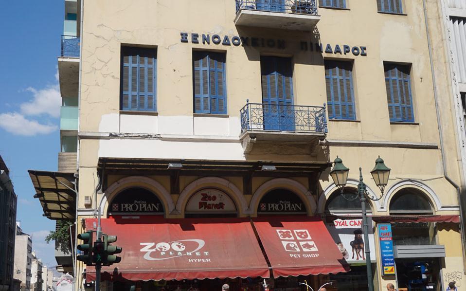 Αθηνάς και Σοφοκλέους. Το παλιό ξενοδοχείο «Πίνδαρος» θα μετασκευαστεί σε νέο ξενοδοχείο από την εταιρεία που διαχειρίζεται το Fresh Hotel.