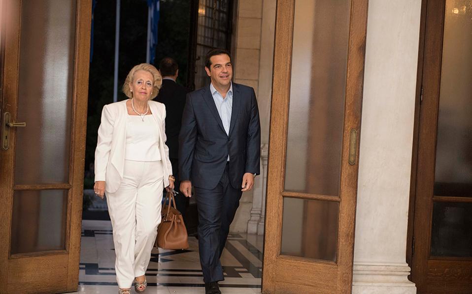 Ο πρώην πρωθυπουργός Αλέξης Τσίπρας με την υπηρεσιακή Πρωθυπουργό και Πρόεδρο του Αρείου Πάγου, Βασιλική Θάνου κατά την παράδοση - παραλαβη του Γραφείου του Πρωθυπουργού στο Μέγαρο Μαξίμου.
