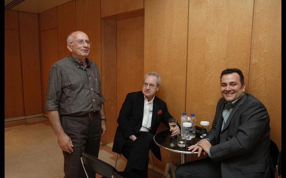 Ο Ανταίος Χρυσοστομίδης (αριστερά) με τον Ιρλανδό συγγραφέα Τζον Μπάνβιλ.