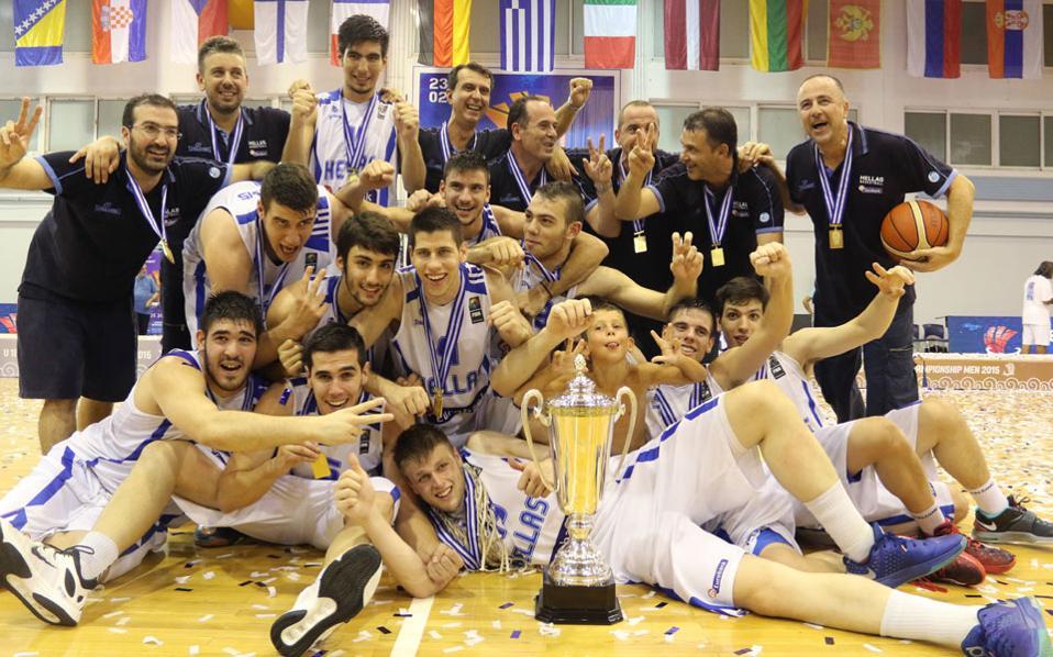 Τα παιδιά της εθνικής ομάδας έχουν επικρατήσει της Τουρκίας 64-61 στον τελικό, και όλοι μαζί, σαν μια παρέα, όπως ήταν από την πρώτη στιγμή, πανηγυρίζουν τη μεγάλη τους επιτυχία.
