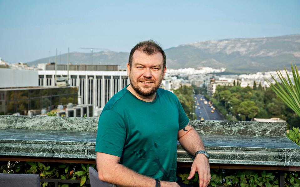 Ο Lorenzo Pauwels είναι Βέλγος, εργάζεται στην Travelplanet24.com και ζει στην Αθήνα -«την πόλη που με κάνει να ονειρεύομαι»- από το 2007, με ένα διάλειμμα δύο ετών όταν βρέθηκε για επαγγελματικούς λόγους στη Βραζιλία. Επέστρεψε, όμως, πριν από τρεις εβδομάδες περίπου για να συνεχίσει τη ζωή του εδώ.