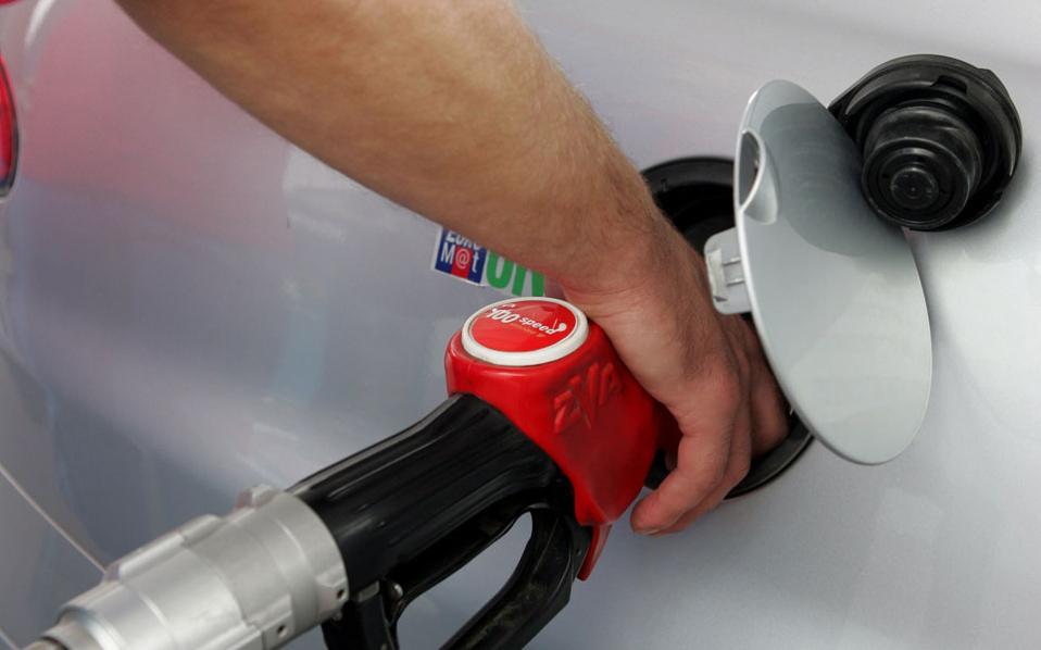 Μέσα στο τελευταίο δεκαήμερο η τιμή της βενζίνης όπως και του ντίζελ κίνησης έχει υποχωρήσει περίπου κατά 10 λεπτά το λίτρο.
