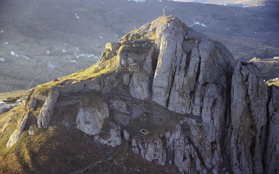 Ο λόφος του Εξώμβουργου, ύψους 640 μέτρων, δεσπόζει στο νησί, καθώς φαίνεται από μακριά σε σχεδόν όλες τις διαδρομές που το διασχίζουν.