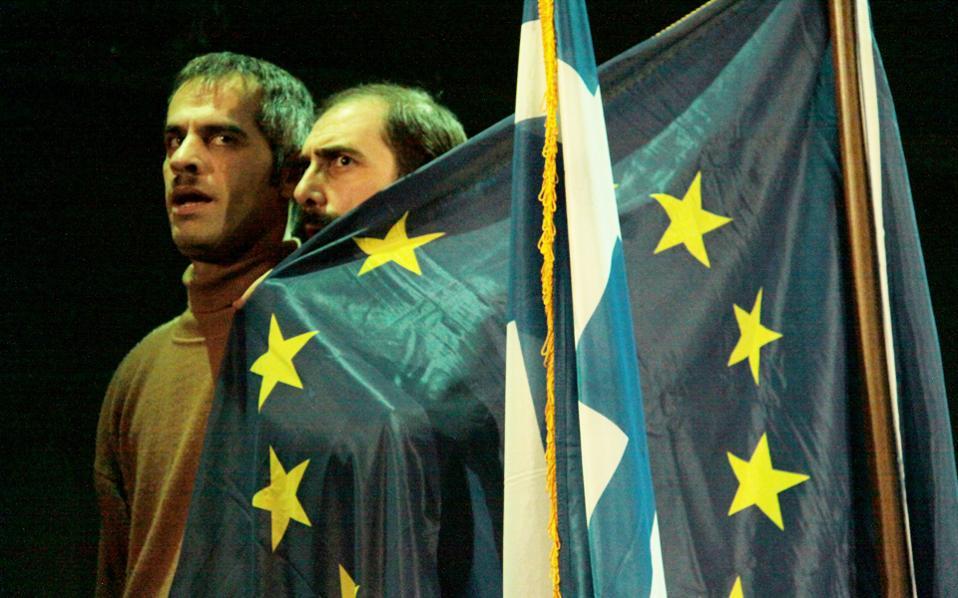 Μια σκηνή που συνάδει απολύτως με το πλαίσιο των εκλογών, από την περυσινή παράσταση «Δάφνες και Πικροδάφνες» από το ΔΗΠΕΘΕ Καβάλας, που είδαμε στο θέατρο «Θησείον».