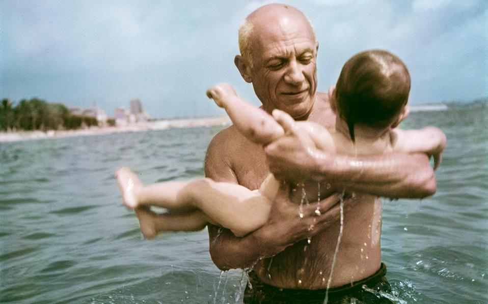 4-capa_pablo-picasso-playing-in-the-water-with-his-son-claude-vallauris-france