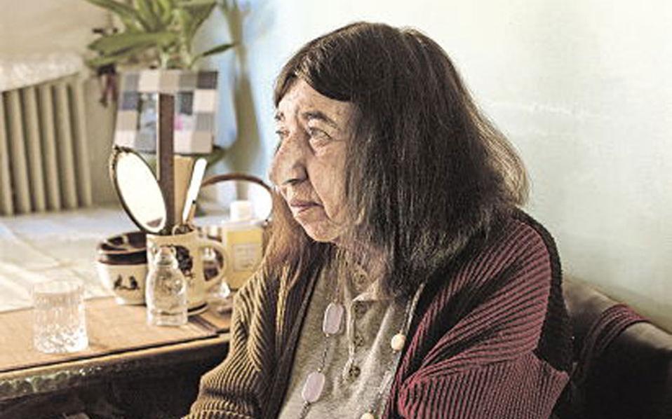 Η Κατερίνα Αγγελάκη-Ρουκ υπηρέτησε με αφοσίωση το ανθρώπινο σώμα, όσο ευλόγησε, με τα ποιήματά της, τα πάθη των ανθρώπων και μετουσίωσε τη γυναικεία της ταυτότητα σε έμφυλο λόγο.