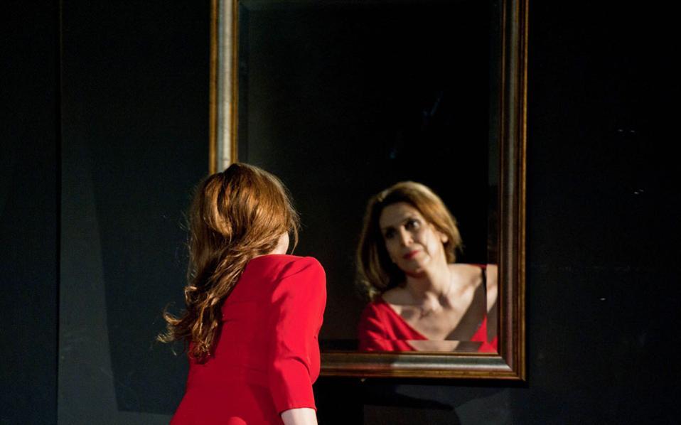Η Κατερίνα Διδασκάλου ερμηνεύει την Ερατώ, μια γυναίκα από την Πρέβεζα, στον μονόλογο του Αντώνη Τσιπιανίτη «Πόρνη από πάνω» σε σκηνοθεσία Σταμάτη Πατρώνη. Η επιλογή των μονολόγων έγινε με βάση παραστάσεις που ο Πάνος Αγγελόπουλος είχε ξεχωρίσει τα τελευταία χρόνια.