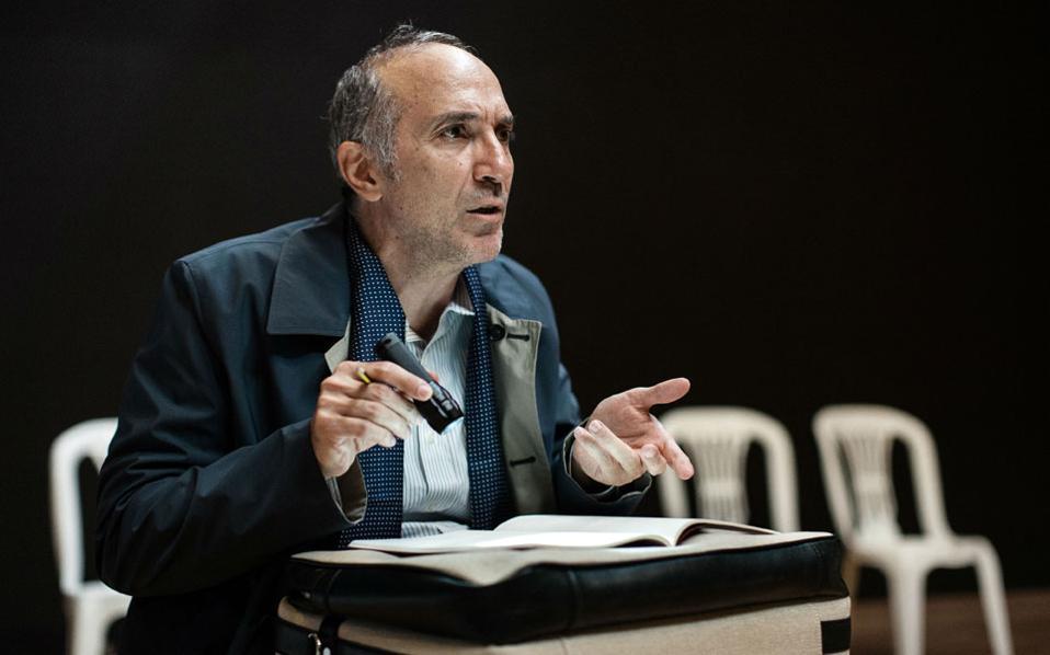 Ο ηθοποιός Γιάννης Νταλιάνης στον ρόλο του Δρος Μπ. στη «Σκακιστική νουβέλα» του Στέφαν Τσβάιχ, που θα δούμε στο θέατρο «Πορεία». Μια παράσταση για την ανθρώπινη μοναξιά και τον αγώνα να διατηρηθεί η λογική.