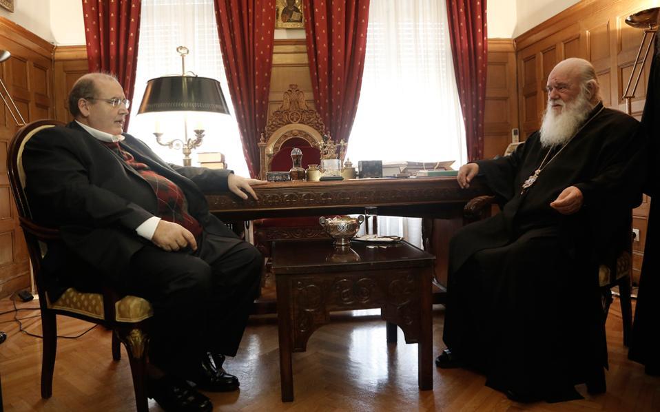 Ο υπουργός Παιδείας Νίκος Φίλης συνομιλεί με τον Αρχιεπίσκοπο Ιερώνυμο κατά τη διάρκεια συνάντησής τους στην Αρχιεπισκοπή την Τρίτη.