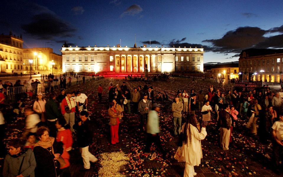 Αύγουστος του 2014, κάτοικοι της Μπογκοτά σε συγκέντρωση για να τιμήσουν τη μνήμη των θυμάτων της επίθεσης στο Μέγαρο της Δικαιοσύνης που κόστισε τη ζωή 100 και πλέον ανθρώπων.
