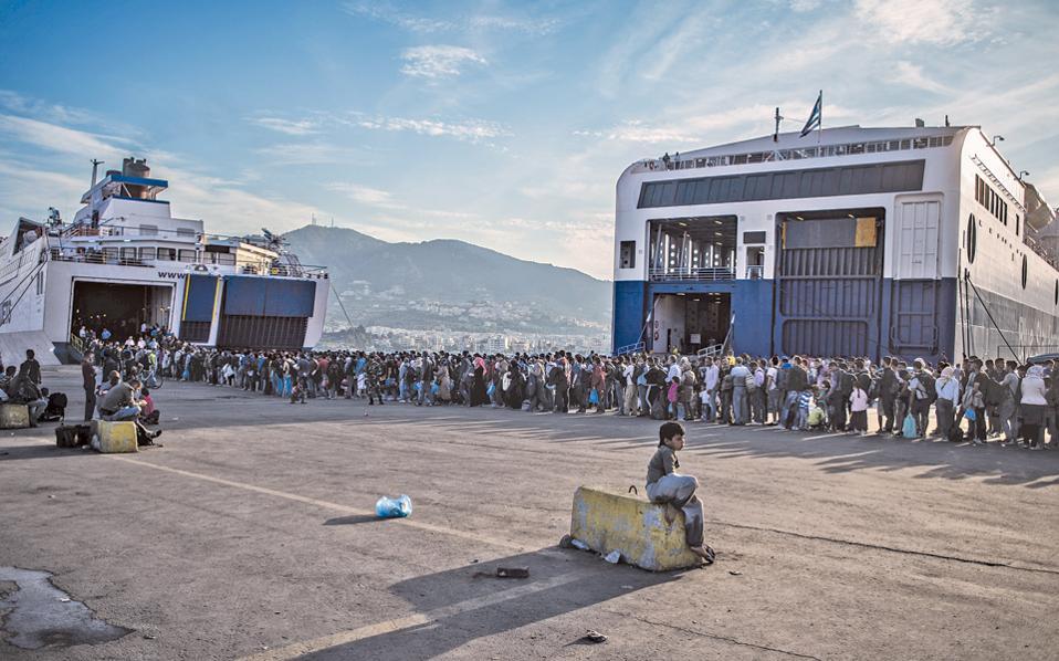 Πρόσφυγες και μετανάστες, προχθές το απόγευμα στο λιμάνι της Μυτιλήνης, επιβιβάζονται κατά χιλιάδες σε πλοία για τον Πειραιά. Η μαζική αποχώρησή τους από τη Λέσβο αποτελούσε μέρος του σχεδίου νοικοκυρέματος του νησιού, εν αναμονή της χθεσινής επίσκεψης του πρωθυπουργού Αλέξη Τσίπρα και του Αυστριακού καγκελαρίου Βέρνερ Φάιμαν. Από το βράδυ της Δευτέρας έως και την Τρίτη το πρωί αναχώρησαν για την πρωτεύουσα συνολικά 7.377 πρόσφυγες.