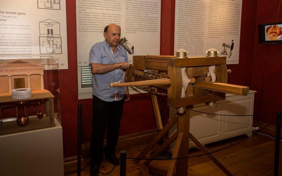 Ο Κώστας Κοτσανάς, δημιουργός της έκθεσης, μπροστά στον πολυβόλο καταπέλτη του Διονυσίου του Αλεξανδρέως.
