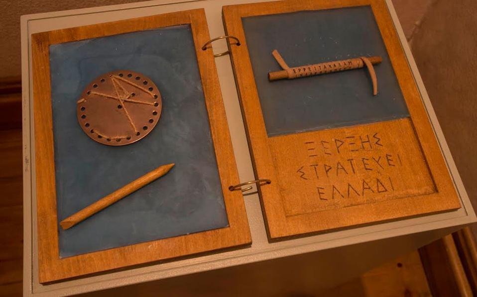 Τα δίπτυχα κερωμένα πινακίδια, μέρος της κρυπτογραφικής επικοινωνίας των αρχαίων Ελλήνων, είναι ένα από τα εκθέματα στο Μουσείο Ηρακλειδών σε μια μεγάλη έκθεση που αναδεικνύει άγνωστες μέχρι σήμερα πτυχές του αρχαίου ελληνικού πολιτισμού.