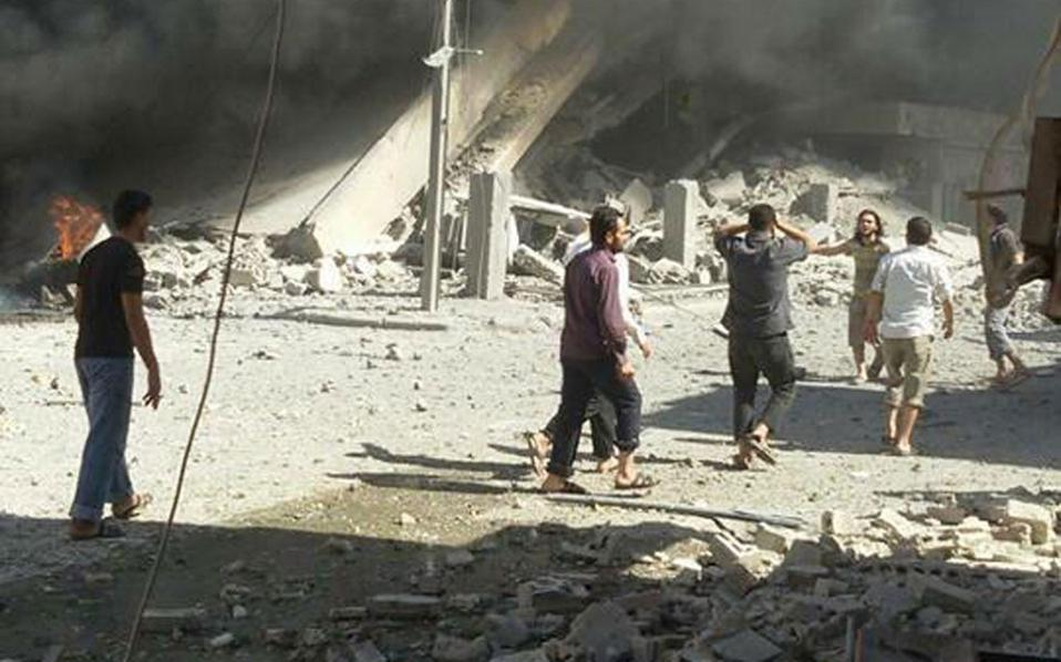 Κάτοικοι της συριακής πόλης Ταλμπισέχ, στην επαρχία Χομς, σπεύδουν σε περιοχή που βομβαρδίστηκε από ρωσικά μαχητικά αεροπλάνα την περασμένη Τετάρτη, πρώτη ημέρα της ανοιχτής στρατιωτικής εμπλοκής της Ρωσίας στον συριακό εμφύλιο.