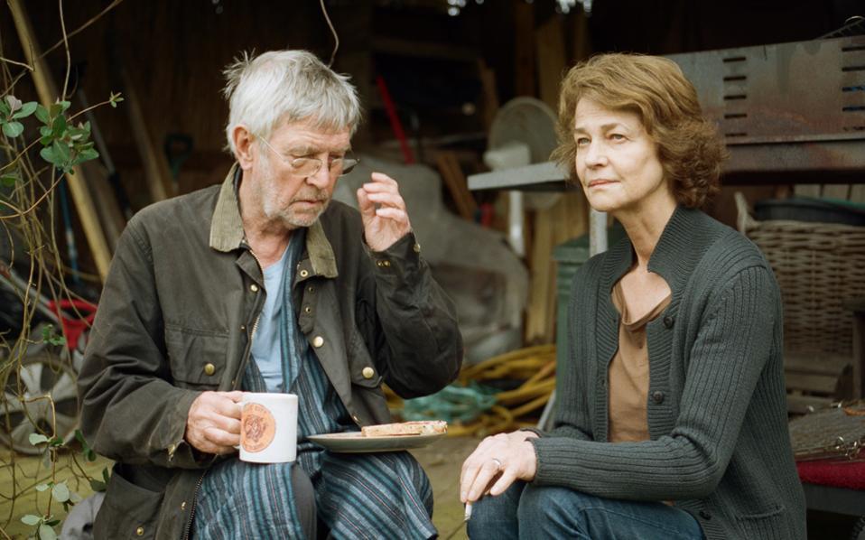 Ο Τομ Κόρτνεϊ και η Σάρλοτ Ράμπλινγκ στην ταινία του Αντριου Χέι.