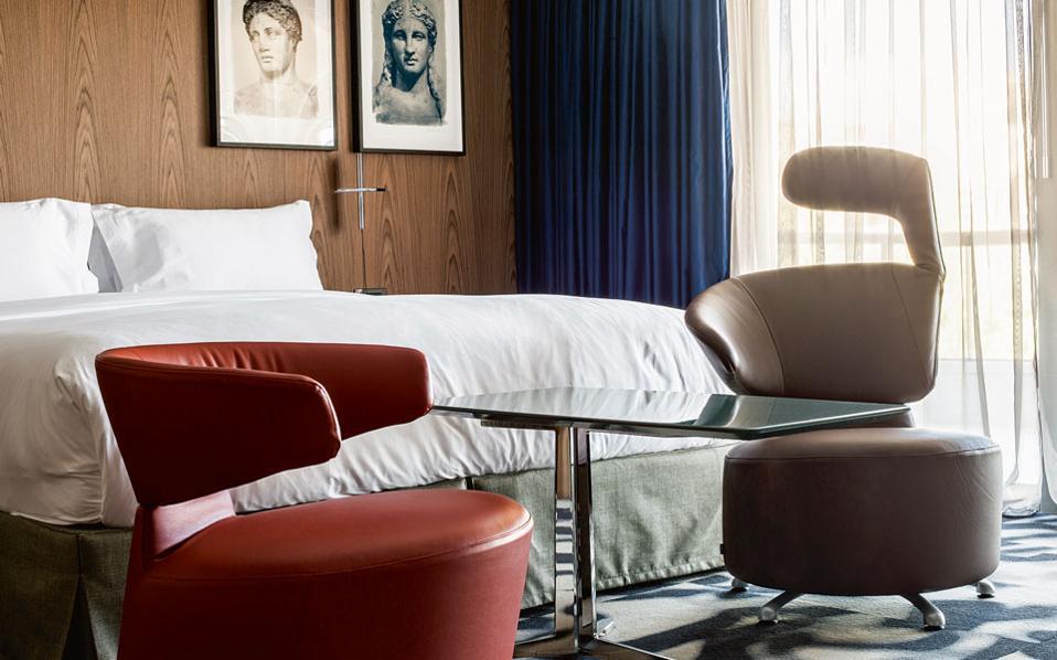 Εμβληματικές πολυθρόνες από τη μεγάλη παράδοση του μοντερνισμού του 20ού αιώνα σε ένα από τα 21 δωμάτια του «AthensWas».
