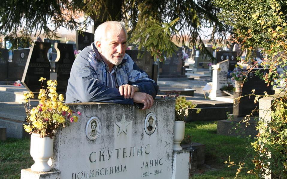 Ο Αντώνης Σκουτέλης στον τάφο των γονιών του, Πολυξένης και Γιάννη. «Μέχρι πότε εμείς οι Ελληνες θα τρωγόμαστε;», λέει στην «Κ».