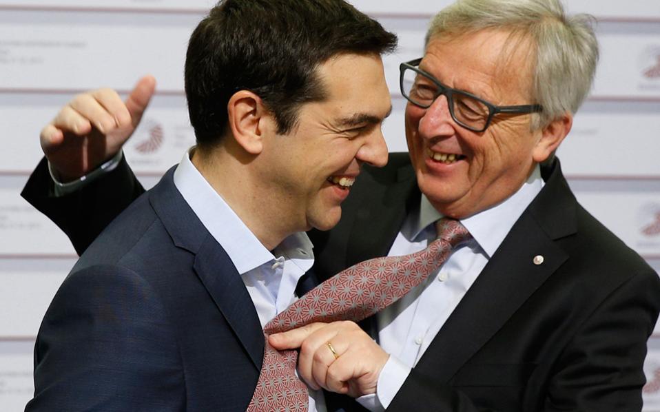 Λίγο μετά τις 25 Ιανουαρίου 2015: Ο νέος πρωθυπουργός της Ελλάδας Αλέξης  Τσίπρας δέχεται τα πειράγματα του Ζαν-Κλοντ Γιούνκερ επειδή δεν φοράει γραβάτα.