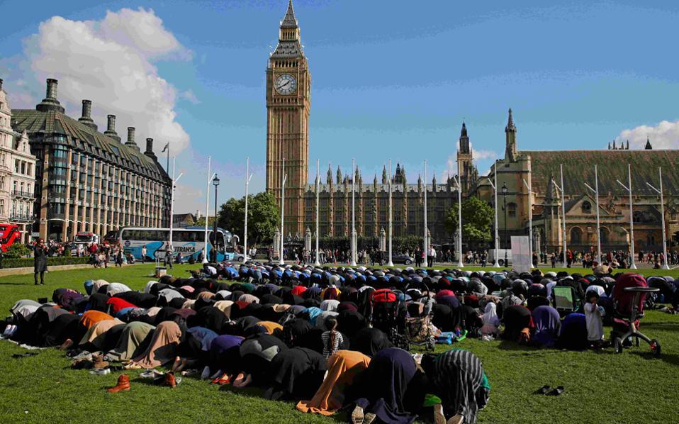 Οκτώβριος 2015. Μουσουλμάνοι προσεύχονται συμμετέχοντας σε εκδήλωση μπροστά στην Πλατεία του Κοινοβουλίου στο Λονδίνο.
