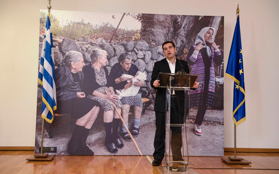 Ο πρωθυπουργός καθώς αναπτύσσει το ανθρωπιστικό όραμά του για το προσφυγικό, το οποίο όλως τυχαίως συνδέεται με τη χαλάρωση του Μνημονίου. Και ο ανθρωπισμός έχει την τιμή του…