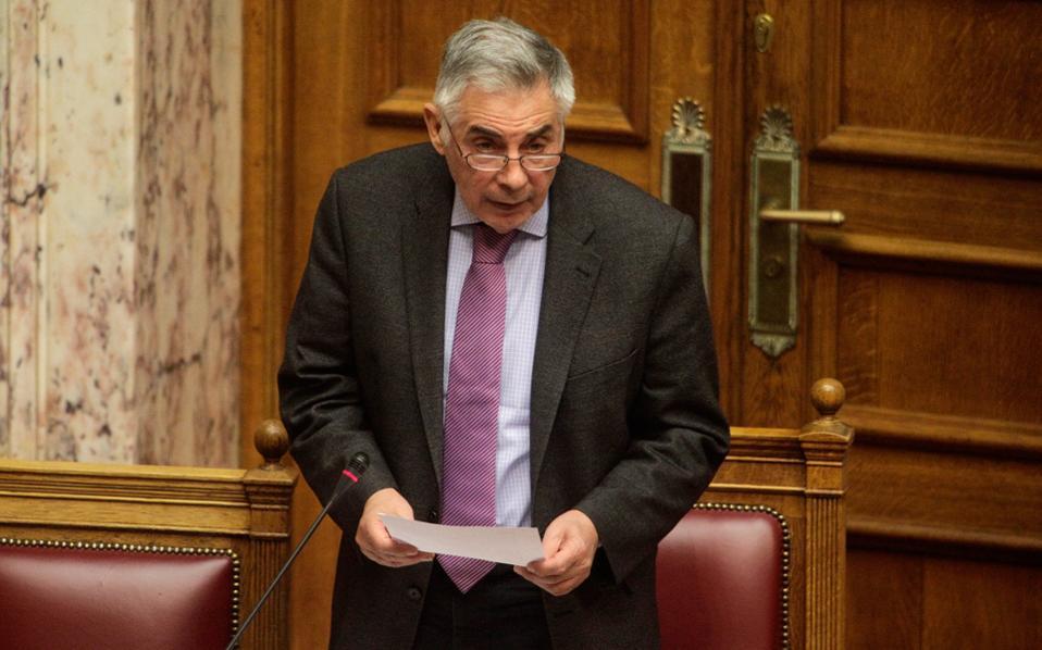 Στιγμιότυπο από την παράσταση του νέου θεατρικού του Μεγάλου Πελέ, με τον τίτλο «Επίκαιρες ερωτήσεις», που ανέβασε χθες στη Βουλή...