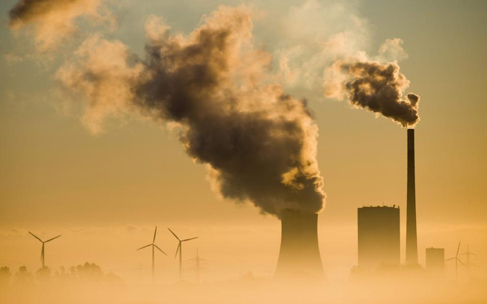 Oι σημερινές ετήσιες κατά κεφαλήν εκπομπές των ΗΠΑ, της Ευρώπης και της Κίνας είναι, 17, 7 και 6 τόνοι αντίστοιχα.