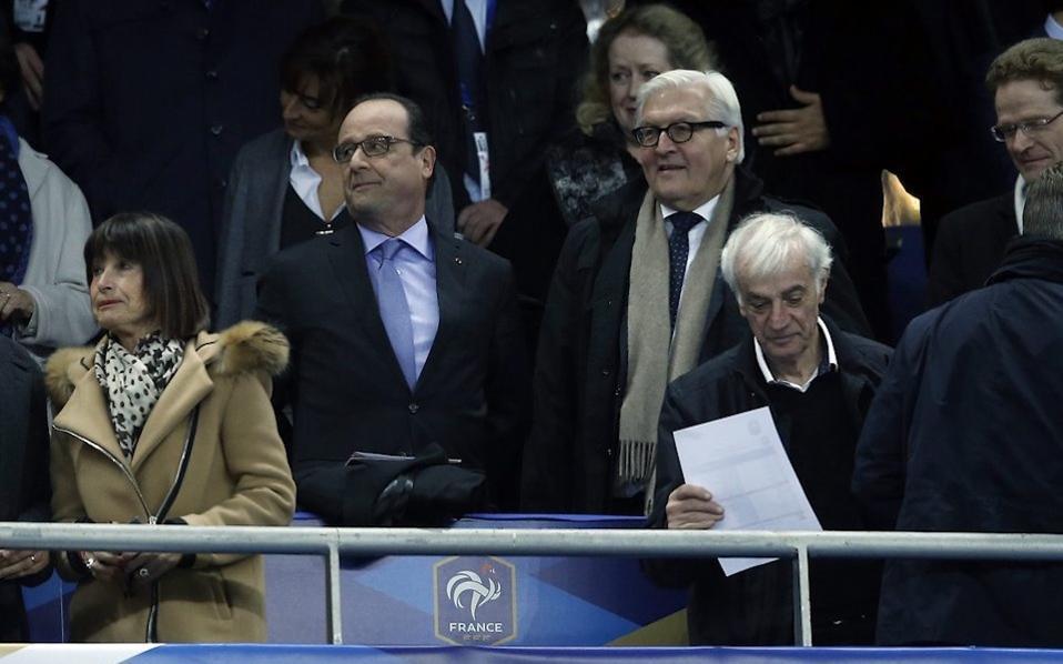 Ο Φ. Ολάντ και ο Γερμανός υπουργός Εξωτερικών στο γήπεδο Stade de France, παρακολουθούν τον αγώνα των εθνικών ομάδων ποδοσφαίρου της Γερμανίας και της Γαλλίας, λίγο πριν την επίθεση.