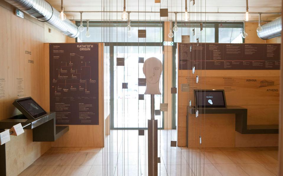 Το εξ ολοκλήρου ξύλινο εσωτερικό του Ψηφιακού Μουσείου, περιέχει ψηφιακά αλλά και κάποια φυσικά εκθέματα.