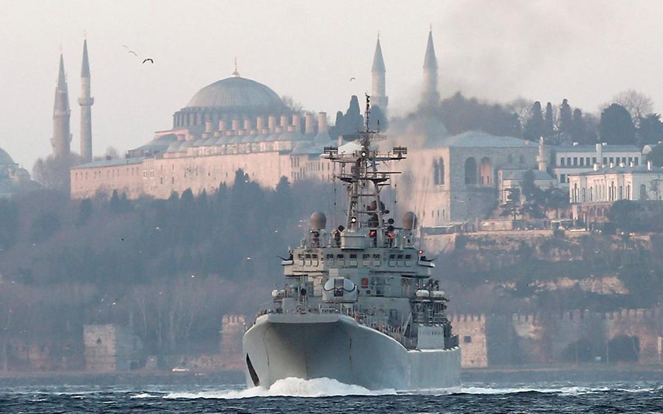 Με φόντο την Αγιά Σοφιά και το Μπλε Τζαμί, το ρωσικό πολεμικό σκάφος «Καίσαρ Κουνίκοφ» περνάει τον Βόσπορο.