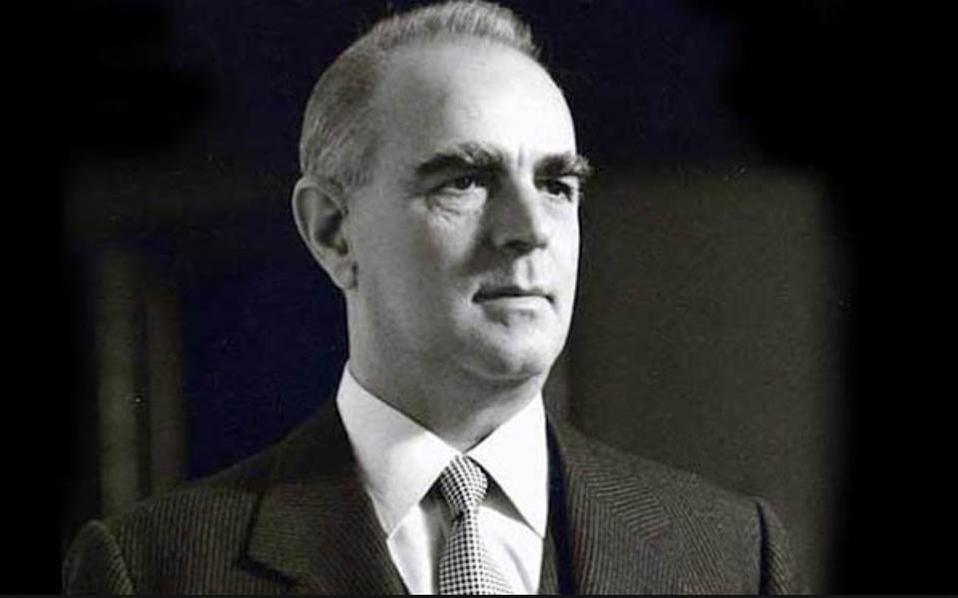Αθηνά Καραμανλή ήταν στενή συνεργάτιδα του Κωνσταντίνου Καραμανλή (φωτογραφία) στο πολιτικό του γραφείο όταν εκείνος ήταν βουλευτής και μετέπειτα πρωθυπουργός.