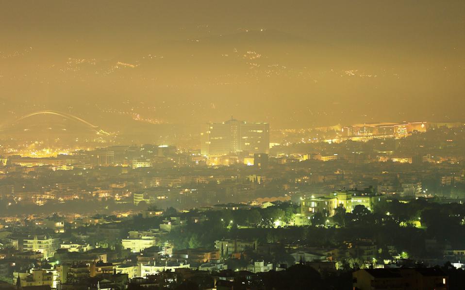 Οι μεγάλες συγκεντρώσεις αιωρούμενων μικροσωματιδίων καπνού και άλλων ρύπων στην ατμόσφαιρα παρατηρούνται τις πρώτες ώρες μετά τα μεσάνυχτα.