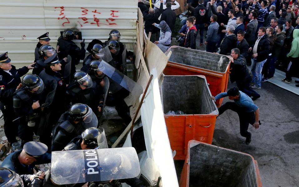 Διαδηλωτές της αντιπολίτευσης προσπαθούν να καταστρέψουν ένα μπούνκερ που είχε τοποθετηθεί ως καλλιτεχνική εγκατάσταση έξω από το υπουργείο Εσωτερικών στα Τίρανα.