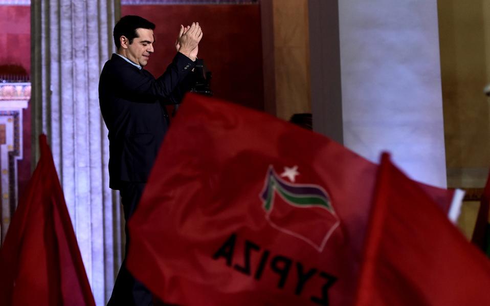 Η φωτογραφία είναι του Αρη Μεσσήνη από την εκλογική νίκη του ΣΥΡΙΖΑ στις 25 Ιανουαρίου και επελέγη από το Γαλλικό Πρακτορείο (Agence France-Presse) ως μία από τις φωτογραφίες της χρονιάς. Το όνομα του έργου θα μπορούσε να είναι «οίηση», καθώς ο Αλ. Τσίπρας φαινομενικά χειροκροτεί τον λαό, που δεν διακρίνεται από τις ανεμίζουσες σημαίες, αλλά θα μπορούσε να χειροκροτεί τον εαυτό του, αφού για κάθε σωστό αριστερό ηγέτη οι έννοιες «εγώ» και «λαός» κατά κανόνα ταυτίζονται. Στο κάτω κάτω, δεν το αξίζει; Εγινε πρωθυπουργός στα σαράντα του…