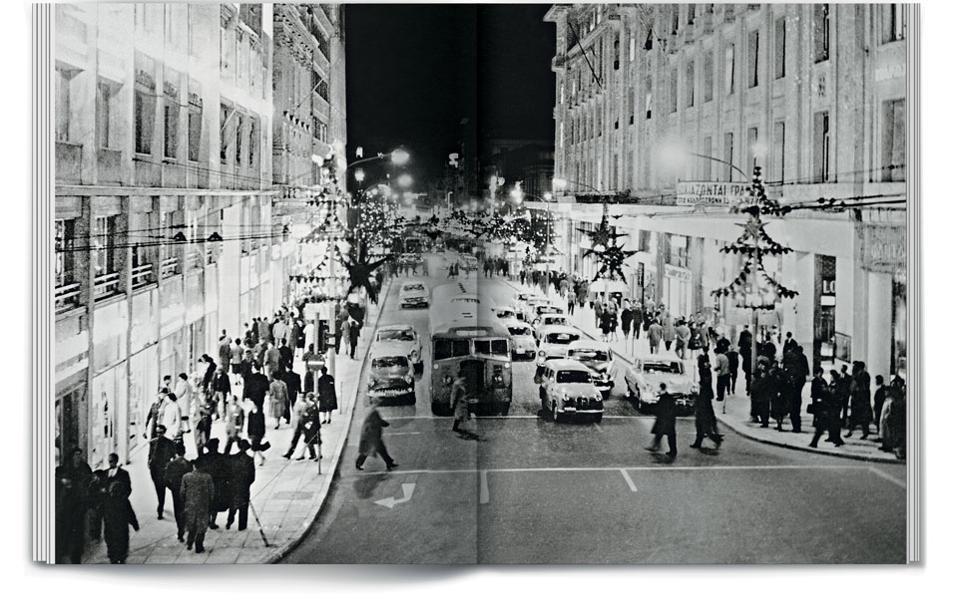 Νυχτερινή άποψη της οδού Σταδίου τα Χριστούγεννα του 1950.