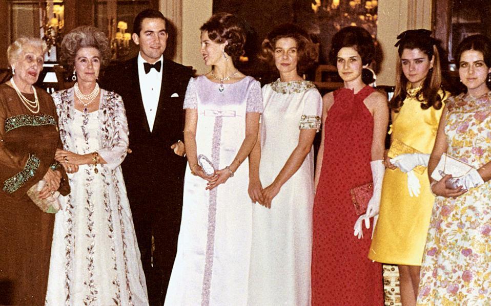 Μεγάλη Βρεταννία», 1964: Ναντίν Τσαλδάρη, βασιλομήτωρ Φρειδερίκη, βασιλιάς Κωνσταντίνος, βασίλισσα Αννα-Μαρία, πριγκίπισσα Ειρήνη, Ναταλία Αβέρωφ, Ειρήνη Δοξιάδη, Ελένη Μαρκεζίνη.
