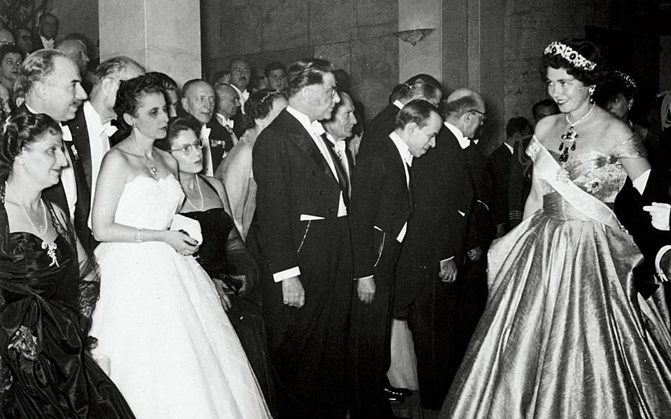 Η βασίλισσα Φρειδερίκη προσέρχεται σε πρωτοχρονιάτικη δεξίωση του 1952. Διακρίνονται από αριστερά: Νίτσα Κανελλοπούλου, Ιέτα Μαρκεζίνη, Μπεμπέκα Παπαγιάννη, Σπύρος Μαρκεζίνης, Παναγιώτης Σιφναίος.