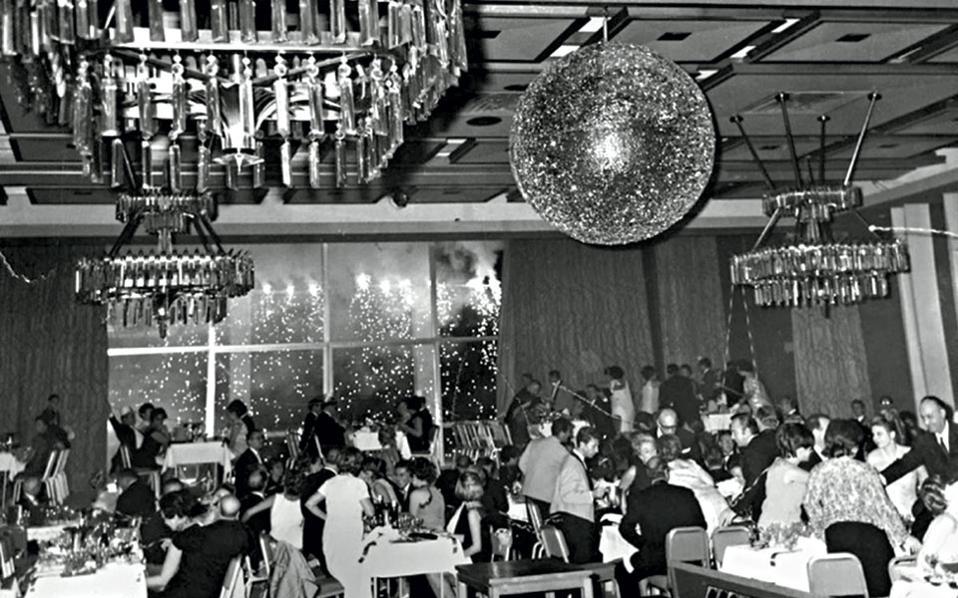 Αρχές δεκαετίας του '70 και το παλιό «Galaxy» του ξενοδοχείου Χίλτον έχει πάρει... φωτιά, καθώς ο νέος χρόνος μετράει τα πρώτα του δευτερόλεπτα.