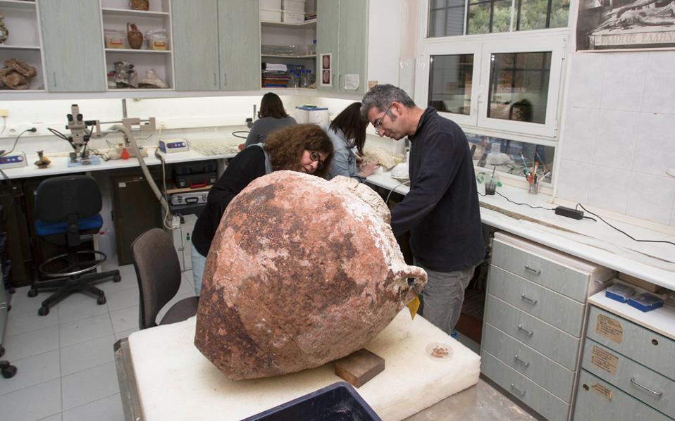 Είναι η πιο ιδιαίτερη αρχαιολογική υπηρεσία, μια και έχει να κάνει με το μεγαλύτερο μουσείο της χώρας: τον ελληνικό βυθό. Η Εφορεία Εναλίων Αρχαιοτήτων, η οποία ανακαλύπτει τα απομεινάρια του παρελθόντος που έμειναν στον πυθμένα για αιώνες, ανασύρει, αποκαθιστά και συντηρεί ευρήματα από τα εκατοντάδες ναυάγια που υπάρχουν στα ελληνικά ύδατα.