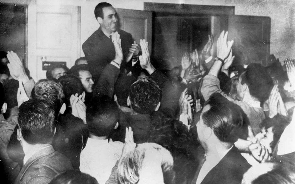 O Γρ. Λαμπράκης μιλάει σε συγκέντρωση λίγο πριν από τη δολοφονία του, το βράδυ της 22/5/1963. Στο βιβλίο του ο κ. Λαμπρίδης καταγράφει μαρτυρία, σύμφωνα με την οποία αυτουργός ήταν ένας μοίραρχος της χωροφυλακής.