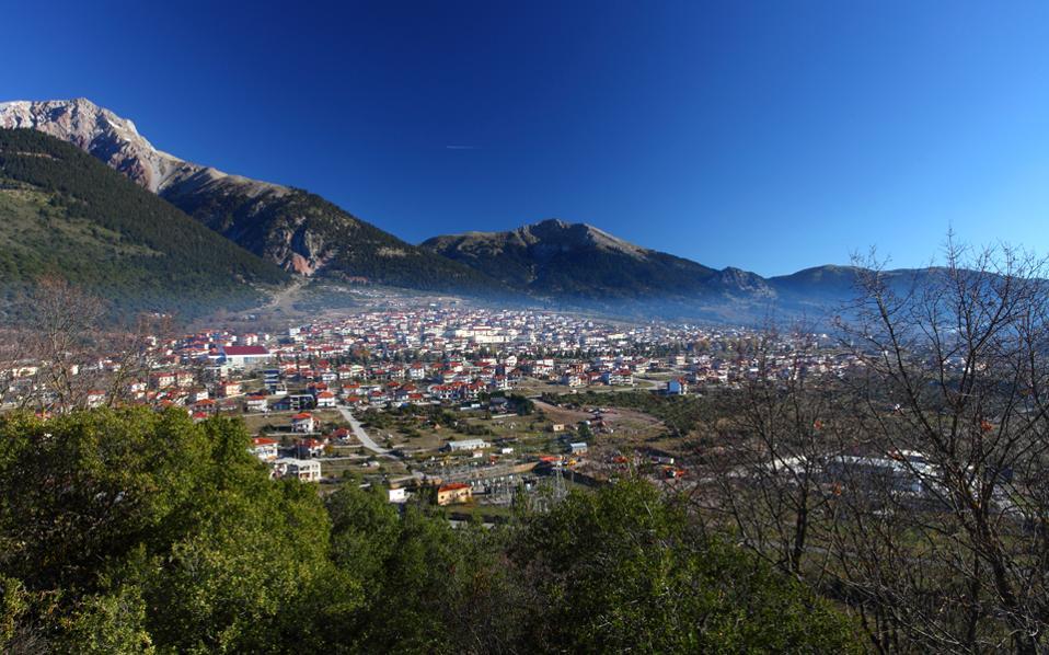 Τμήμα του Καρπενησίου όπως φαίνεται από το λόφο του Αγίου Δημητρίου. (Φωτογραφία: ΟΛΓΑ ΧΑΡΑΜΗ)