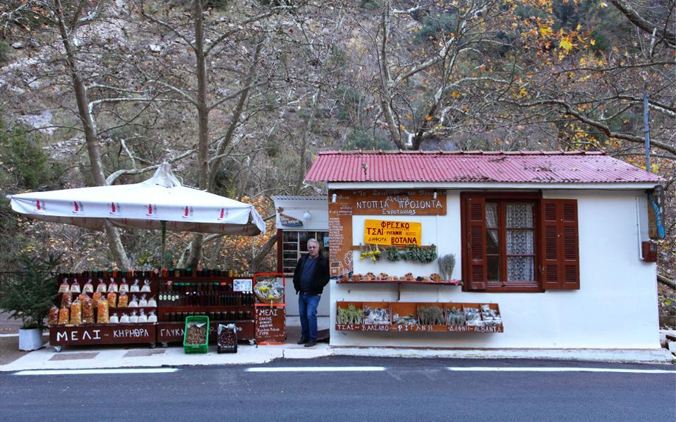 Ο κ. Ηρακλής στο μαγαζάκι του με τα τοπικά προϊόντα λίγο πριν από τα «Πατήματα της Παναγίας». (Φωτογραφία: ΟΛΓΑ ΧΑΡΑΜΗ)