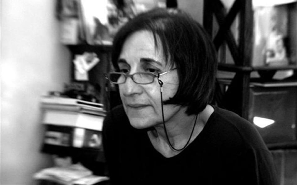 Γεννημένη στην Καβάλα το 1948, η Κυρτζάκη ήταν μια ποιητική φωνή της λεγόμενης γενιάς του '70, της γενιάς της αμφισβήτησης, η οποία ασχολήθηκε με τον λόγο από πολλές πλευρές.